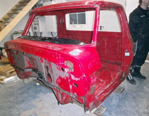 Die rote Kabine ist fertig vorbereitet für die Lackierung, zwei Stellen mussten zuvor geschweißt werden.