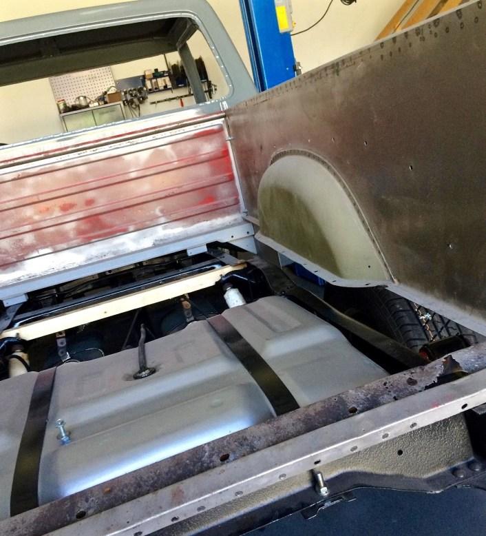 Tank und neue Seitenwände sind montiert, die Ladefläche aus Holz ist ganz zum Schluss geplant.