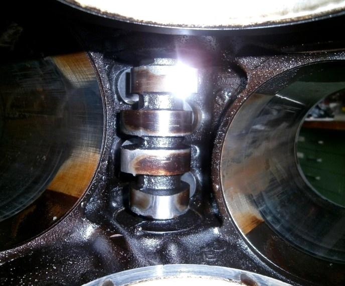 So sieht eine eingelaufene Nockenwelle in einem Ford F-100 aus. Wie auf dem Bild unschwer zu erkennen, gibt es aber ein Licht am Ende der Nocke... äh...
