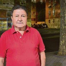 Rafael García-Navas en la calle del Payaso Fofó, frente al Estadio de Vallecas.