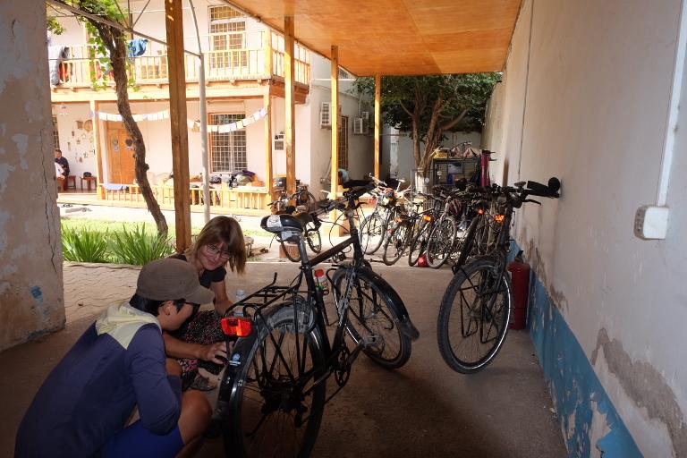 Met altijd verschillende groepjes fietsers om ervaringen mee uit te wisselen.