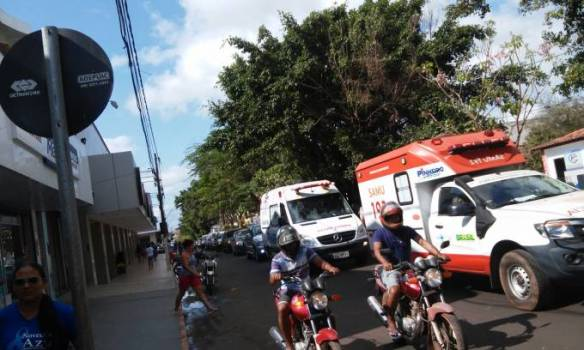 Dezenas e carros e motos também participaram do trajeto.