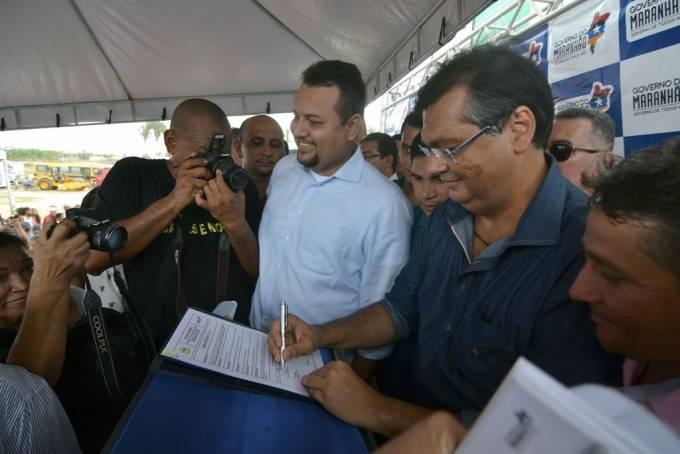 Governador Flávio Dino assina ordem de serviço para a construção da Estrada do Peixe ao lado do secretário de Estado da Infraestrutura, Clayton Noleto. Fotos: Karlos Gerom.