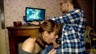 Gostosa chupando o pau do namorado enquanto ele joga Dota 2