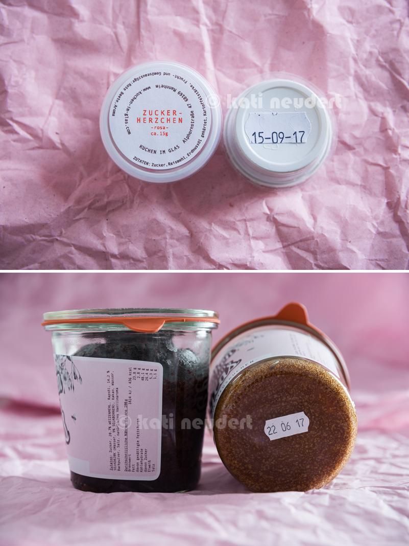 Oben: Zuckerperlen mit Zutatenliste auf dem Deckel und MHD auf dem Boden Unten: Gläser mit Zutaten und Nährwertangaben auf dem Etikett und MHD auf dem Boden.