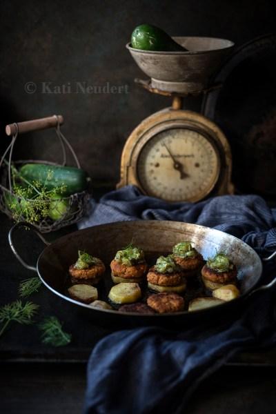 Geröstete Kartoffelscheiben mit Bohnenbratlingen und Gurkenrelish. Vegan.