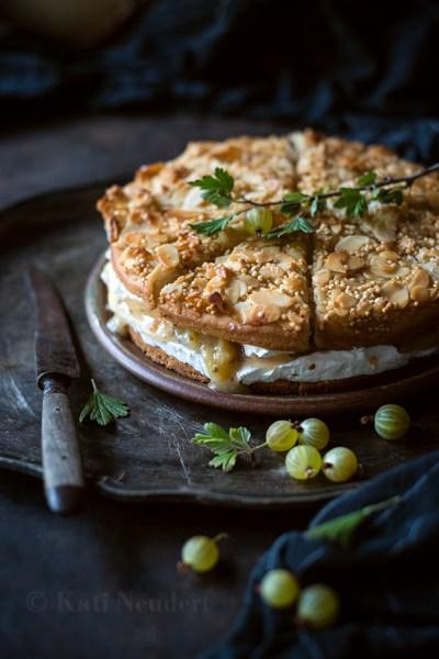 """Vegane Stachelbeer-""""Sahne""""-Torte mit Mandel-Quinoa-Kruste."""