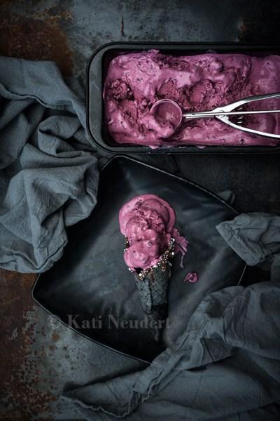 Brombeer-Pfirsich-Eiscreme in schwarzer Eiswaffel. Vegan.