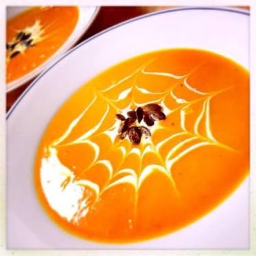 Kürbis-Suppe mit Curry und frischem Ingwer