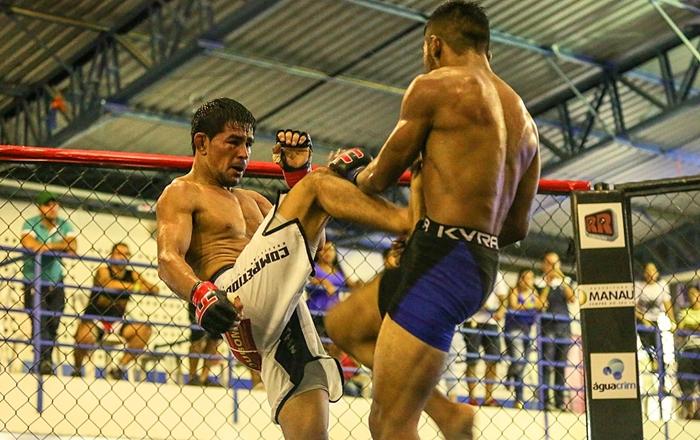 Luta principal de MMA - Sérgio Ribeiro de bermuda branca venceu Jadson Moraes - foto 3 - by Michael Dantas