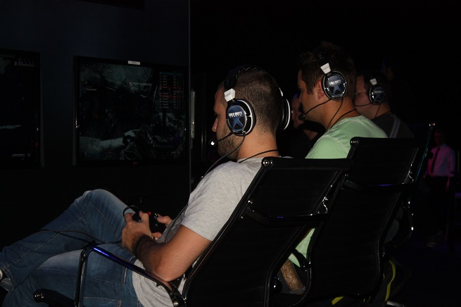 The press tries out Call of Duty: Ghosts.