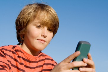 Kid_playing_mobile_app_H