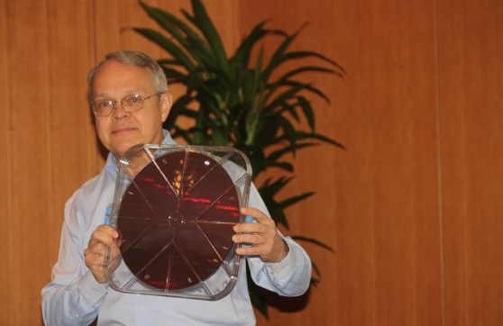 Intel's Mark Bohr shows off 14-nm Broadwell chips