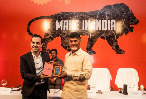Hugo Barra, Vice President, Xiaomi Global and Honourable Chief Minister of Andhra Pradesh, Shri Nara Chandrababu Naidu, unveling a Redmi 2 Prime that was manufactured in India.