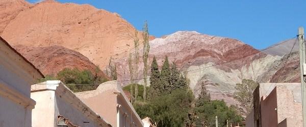 Vanuit Purmamarca heb je een prachtig uitzicht op de heuvels...