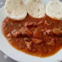 Maďarský guláš s knedľou podľa Veselej panvičky