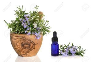 5866672-Rosemary-et-au-thym-herbes-en-fleur-dans-un-mortier-de-bois-olive-avec-un-pilon-avec-une-bouteille-d-Banque-d'images
