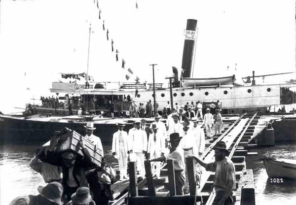 Foto 1081, de Dana Merril, mostra o Desembarque do navio M. M. Rway. Co.