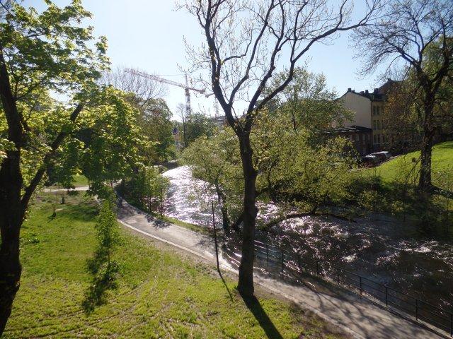 Noruega_parque com rio_Viajando bem e barato pela Europa