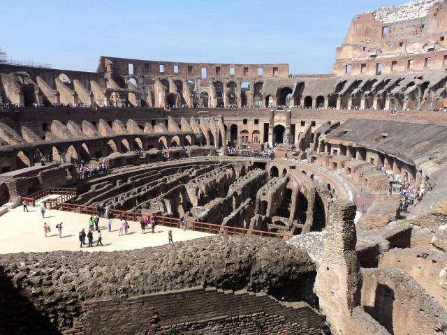 Europa na melhor idade_dentro do Coliseu_Viajando bem e barato