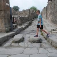 Que son esos bloques de piedra que bloquean las calles en Pompei?