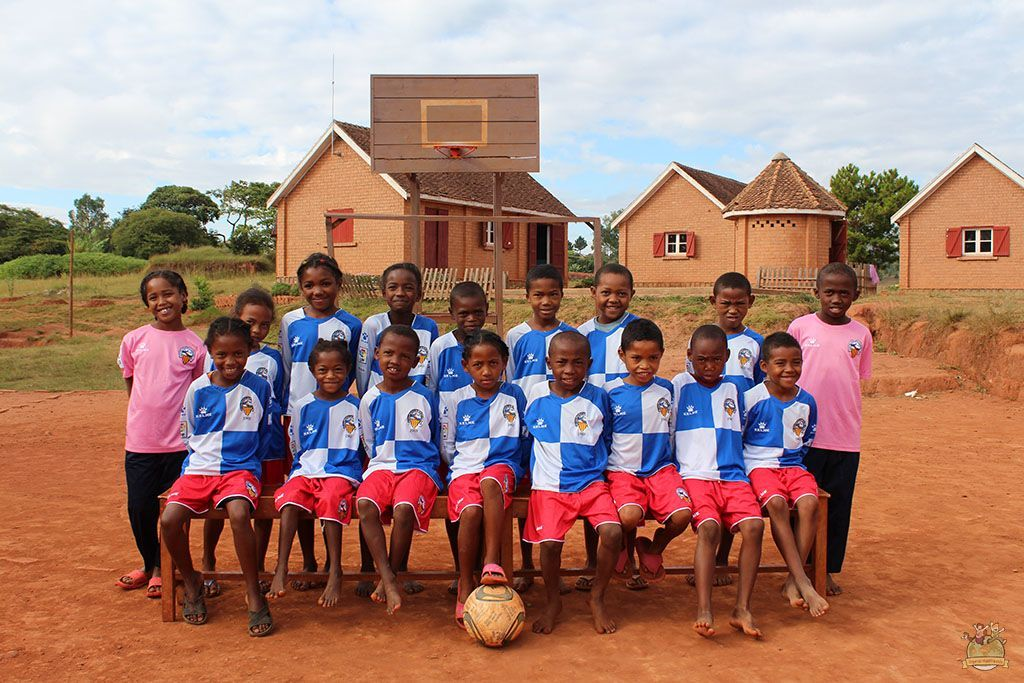 Voluntariado Yamuna. Niños con la equipación donada por Jordi Bransuela