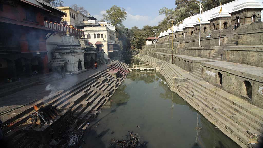 El río Bagmati atraviesa