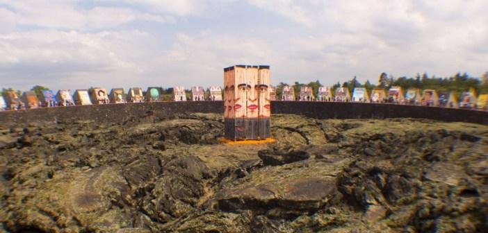 Frida entre las esculturas