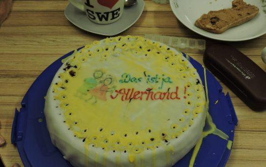 """Asi nos recibieron en la dirección de la escuela. Torta de cumple para el opi.  Das ist ja Allerhand (juego de palabras con el apellido del opi """"excepcional"""")."""