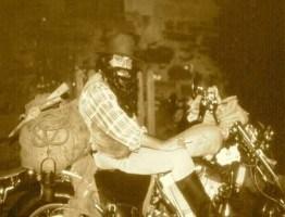 buscador de oro en moto