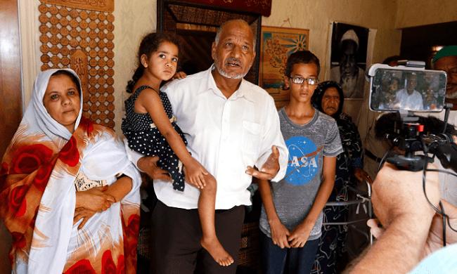 أحمد، وخلفه جدته عائشة، مع أبيه الحامل احدى أولاده السبعة، ثم والدة المراهق منى أحمد ابراهيم