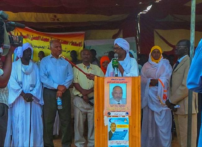 محمد الحسن محمد، فيء مهرجان انتخابي بيناير الماضي في الخرطوم، يشيرون اليه كمرشج رئاسي