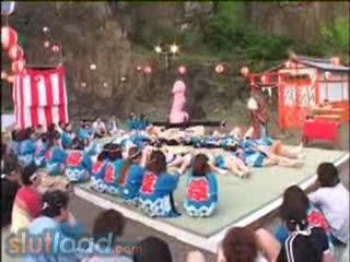 (巨にゅうのサンピー・大乱交ムービー)JAPANの一風変わった男根祭り?☆御神身体の前で複数の男女がsexwww