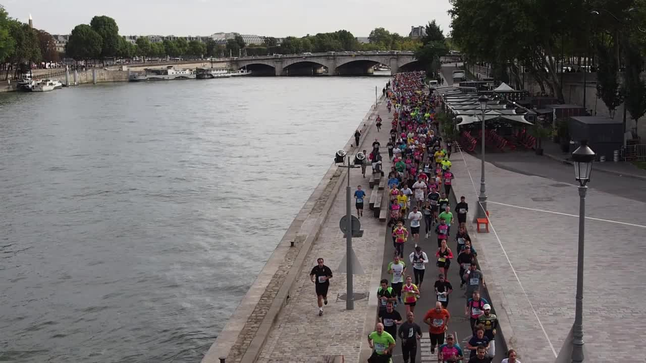 20 Kilomètres de Paris runners along the banks of the Seine