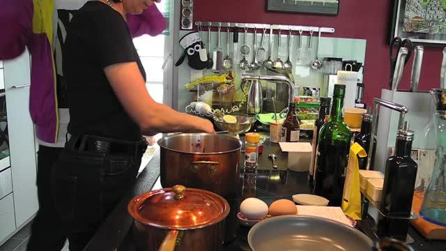 Rote Zwiebelsuppe mit Roquefort-Schaum und Zimt
