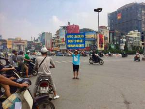 Truong Van Dung holding banner calling on APEC leaders to not forget about human rights. Source - Huynh Ngoc Chenh blog - VIETNAM VOICE