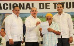 Entregan 1,304 títulos definitivo a campesinos El Aguacate, Limón del Yuna yMatancita