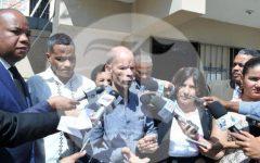FIRMA SU LIBERTAD EL DOCTOR JULIO GOMEZ SUS FAMILIARES LO RECIBEN.