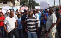 PROTESTAN EN SECTOR LOS ARQUEANOS ANTE PROMESA INCUMPLIDA DE ARREGLOS CALLES POR PARTE DE LA ALCALDÍA SDN Y LA DIGEPEP.