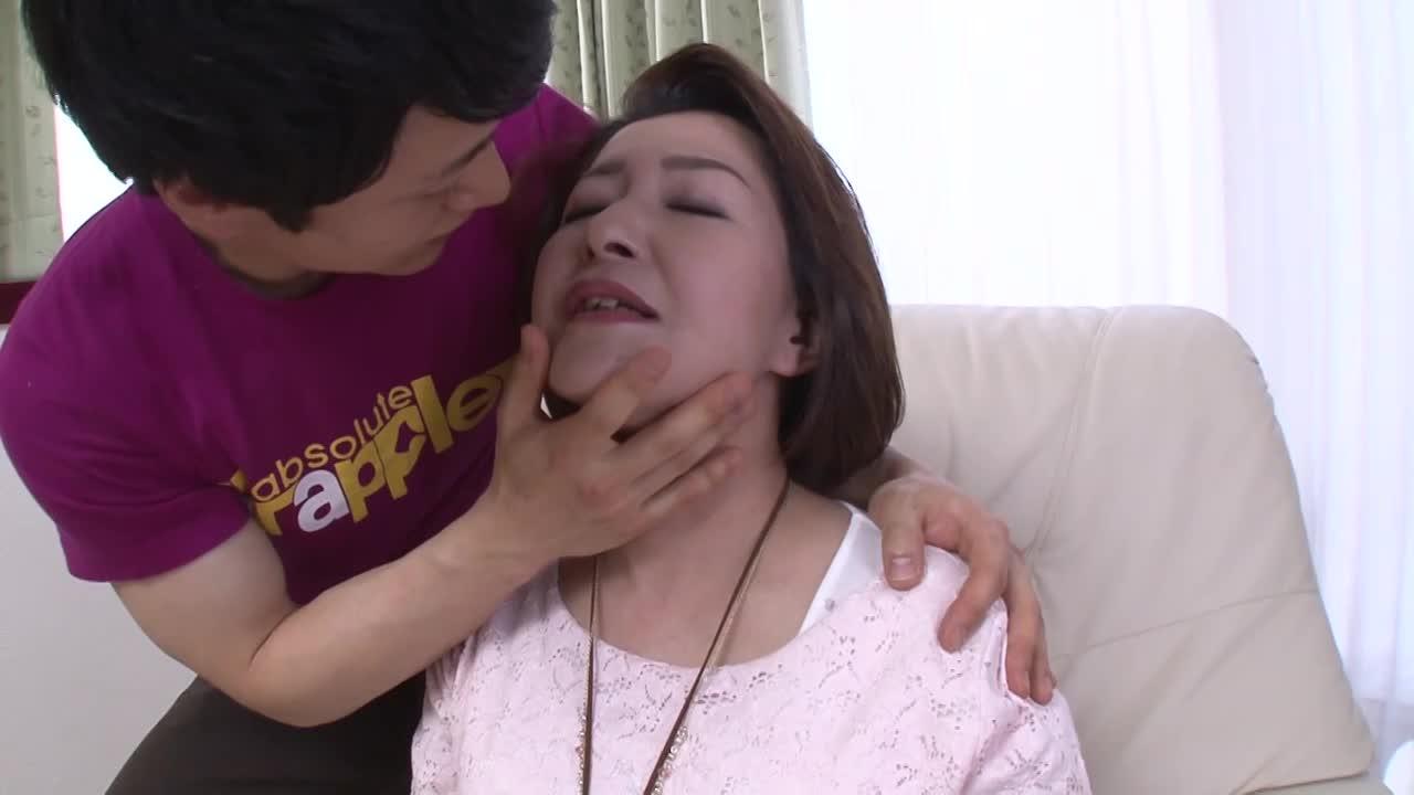 パンストの熟女の手マン無料jyukujyo動画。カメラの前でM字開脚になりパンスト越しに性器を手マンされる高齢熟女…下着に染みを作るほど愛液を垂れ流し卑猥な喘ぎ声を漏らす…