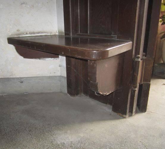 客溜まりのベンチ