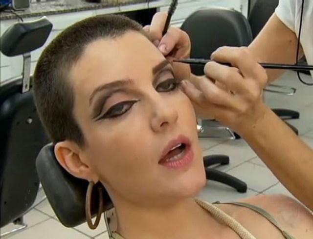 Sati, interpretada por Larissa Maciel, que já tem como característica os oleos grandes, recebe uma maquiagem com bast ante destaque