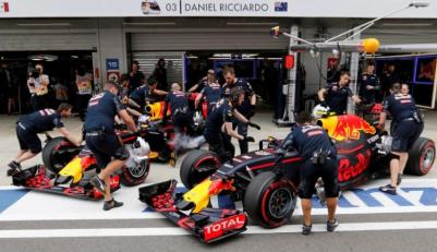 Formula One - Russian Grand Prix - Sochi, Russia - 30/4/16 - Mechanics of Red Bull F1 team push cars of Daniel Ricciardo of Australia and Daniil Kvyat of Russia during the qualifying session. REUTERS/Yuri Kochetkov