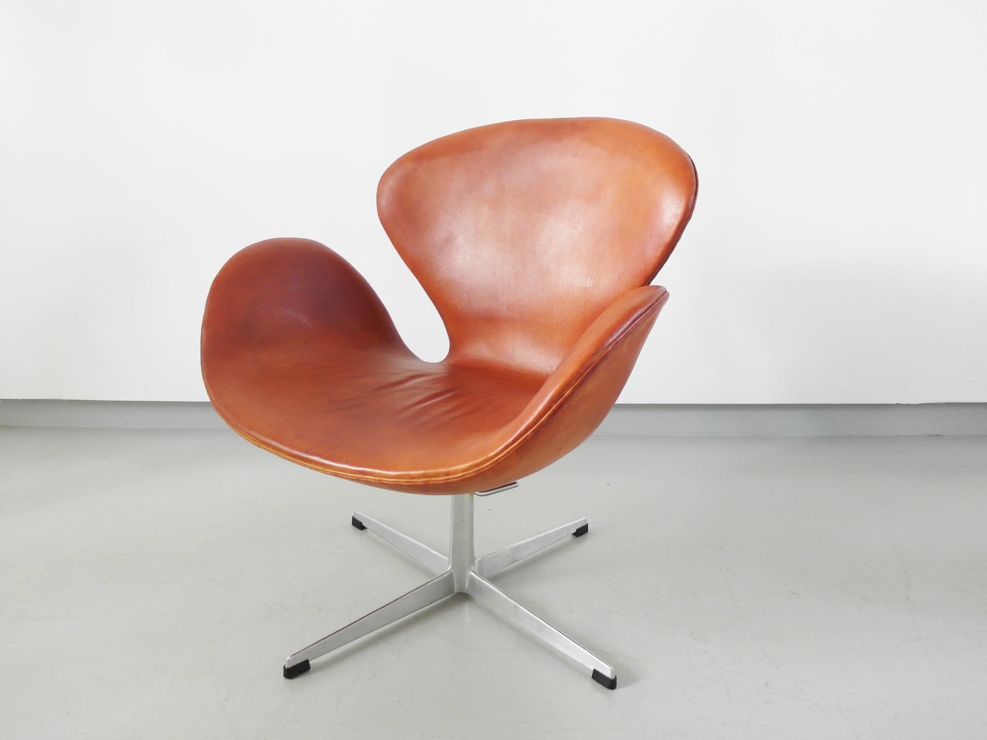 Arne Jacobsen Swan Chair Early Edition Arne Jacobsen Swan Chair In Original Cognac ...