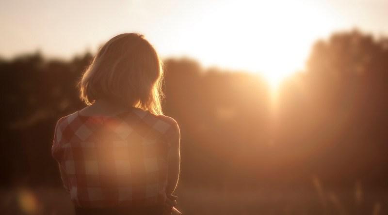 femme-triste-seule-couche-de-soleil