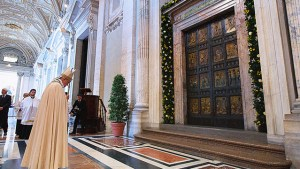 pope-francis-holy-door-640x360