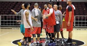 El dirigente Nelson Colón imparte instrucciones durante una de las prácticas del equipo.