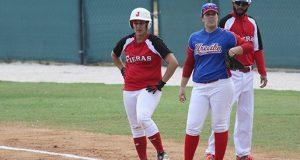 Una de las jugadoras de Salinas observa desde primera base.