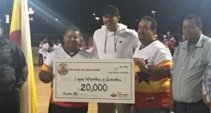 Carlos Correa comperte con integrantes de la Liga Infantil.