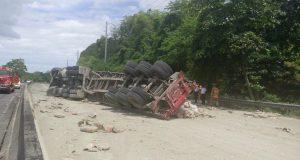 Las autoridades cerraron la carretera PR-2 a la altura del kilómetro 176.7 mientras se realizan los trabajos de limpieza ya que el vehículo cargaba cemento.